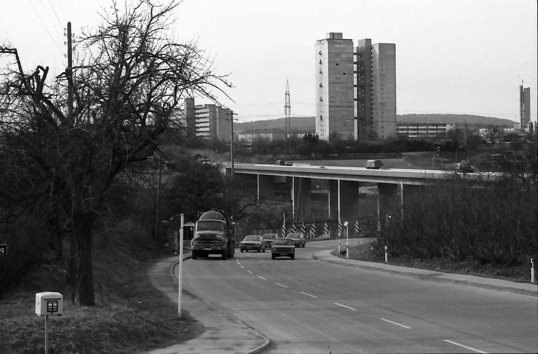 Möhringen: Überführung der B 27 mit Straße, Hintergrund Hochhaus vom Landhaus aus, links Briefkasten, Bild 1