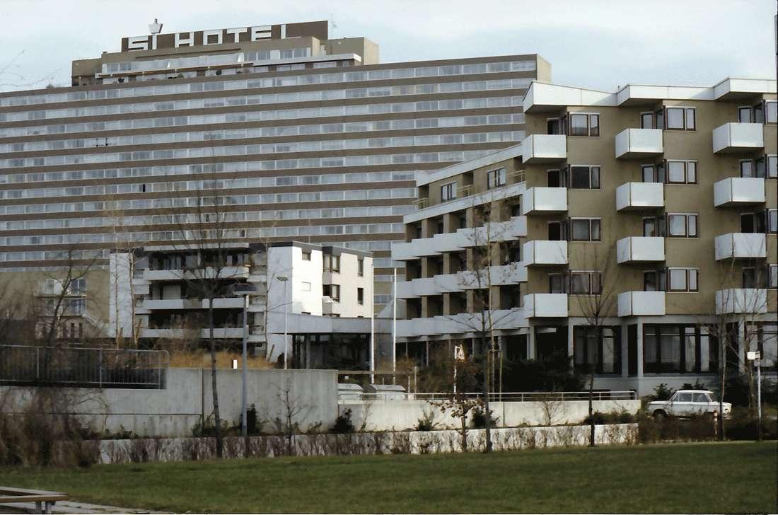 Möhringen, Stuttgart: SI-Hotel vor Siedlungsbauten, Bild 1