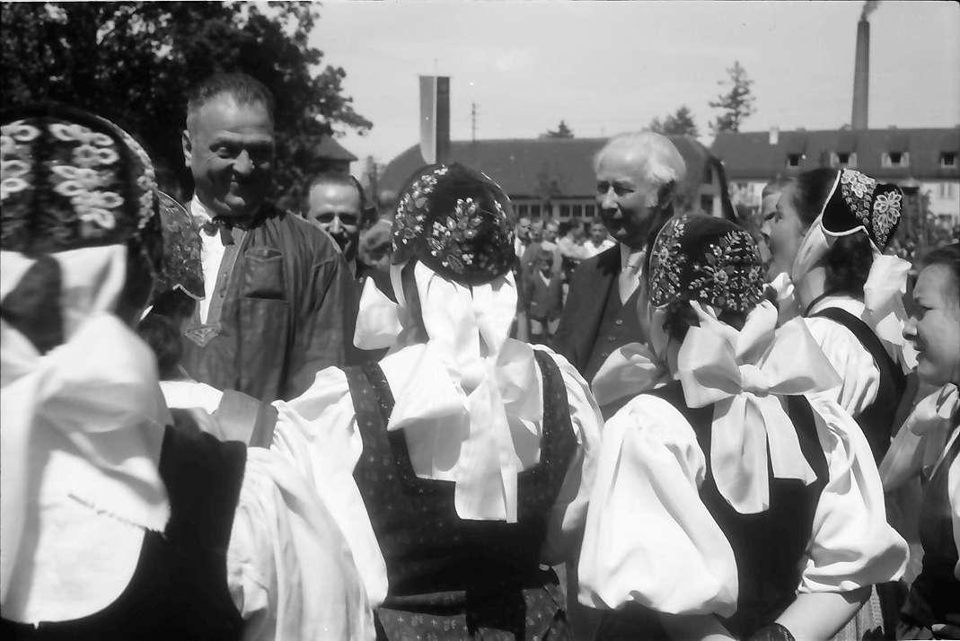 Lörrach: Gruppe der Trachtengruppe mit Bundespräsident Heuss, Bild 1