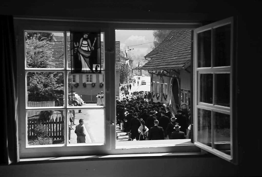Hausen: Hebelhaus, Ausblick aus dem Fenster, mit Umzug, Bild 1
