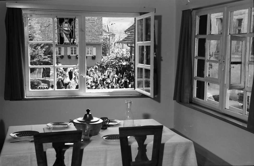 Hausen: Hebelhaus, Ausblick aus dem Fenster, mit Esstisch und Umzug, Bild 1