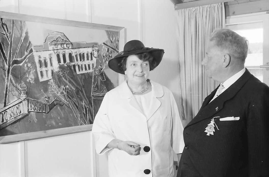 Bernau: Frau Prof. Fuhr (Gattin des Preisträgers) und Regierungspräsident Dichtel, vor Gemälde, Bild 1