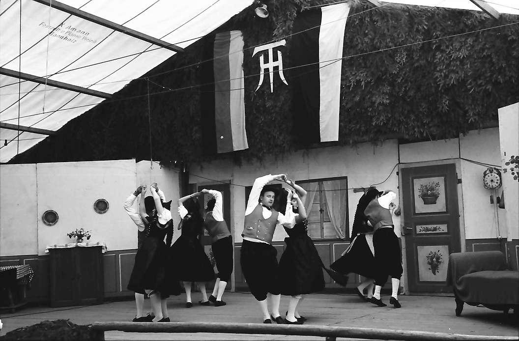 Bernau: Bauern-Trachtentänze auf Bühne im Festzelt, Bild 1