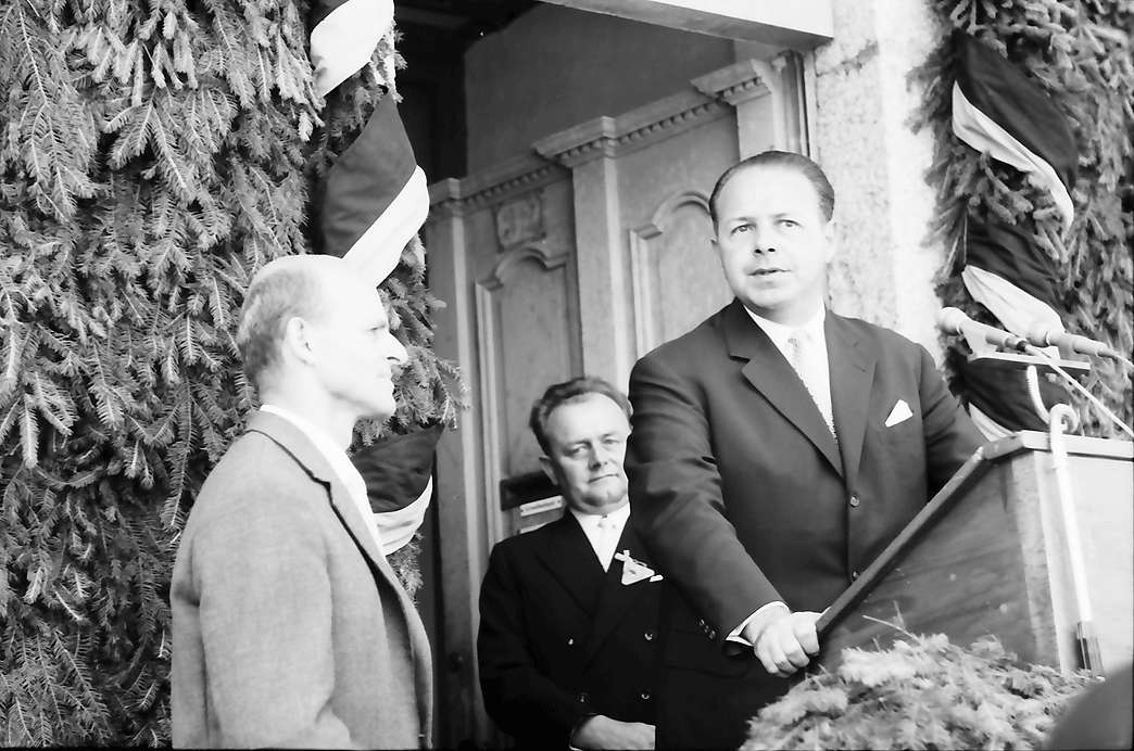 Bernau: Preisträger Emil Wachter erhält von Stadtrat Funk, Karlsruhe Geschenk der Stadt Karlsruhe, Bild 1