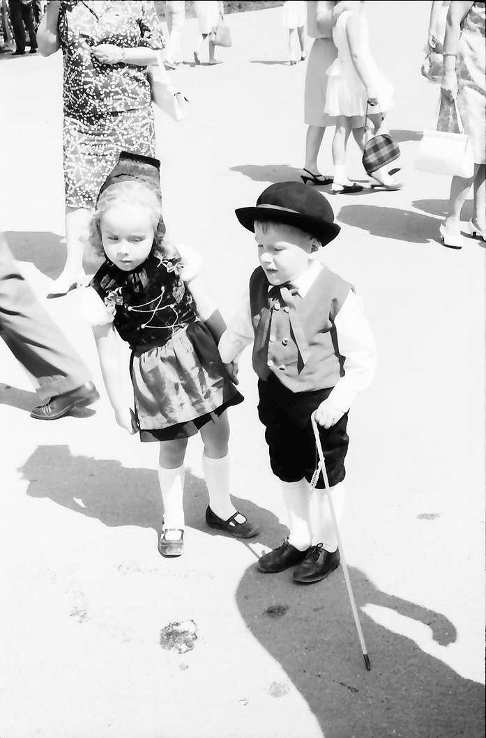 Bernau: Zwei Trachtenkinder, Bild 1