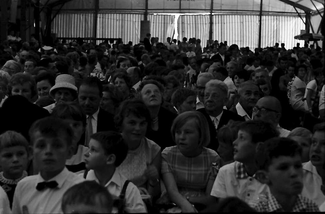 Bernau: Im Festzelt, Publikum beim Laienspiel, Bild 1