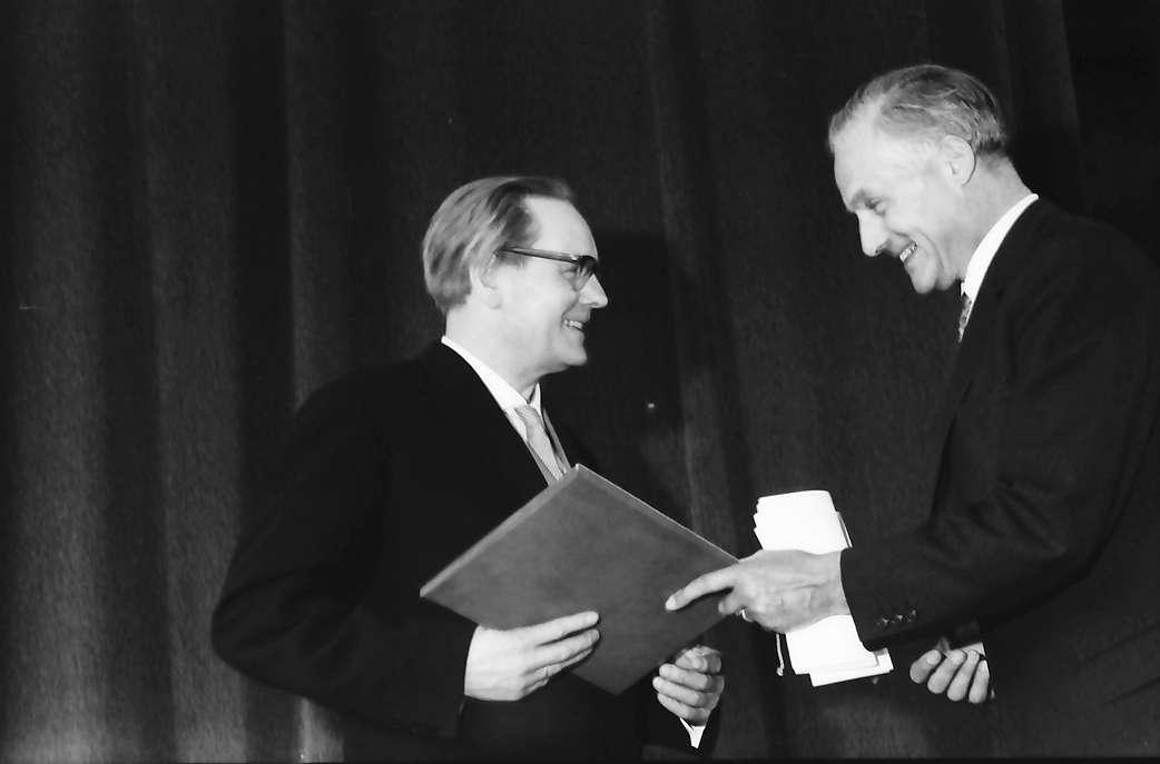 Hausen im Wiesental: Überreichung des Hebelpreises, Hebelpreisträger Dr. Eberhard Meckel, Kultusminister Prof. Dr. Hahn, Bild 1