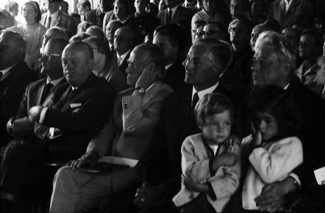 Bernau: Reihe der Ehrengäste mit zwei Kindern, Bild 1