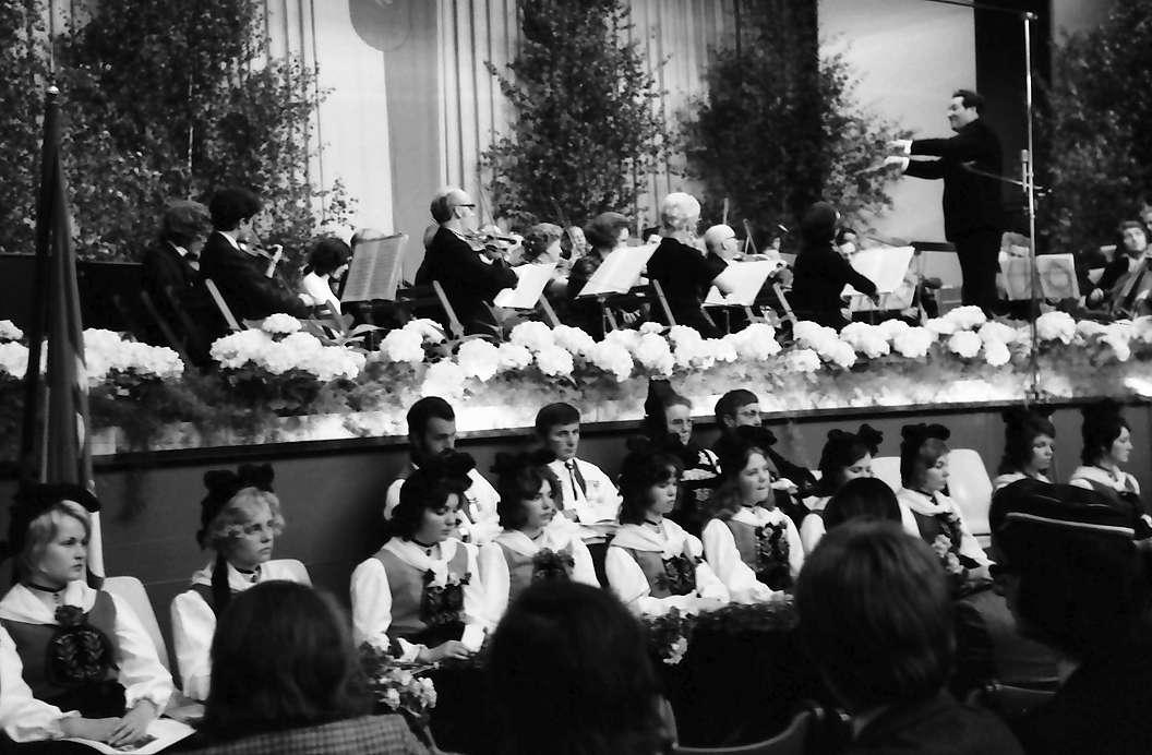Lörrach: Stadthalle, Orchester Oberrheinischer Musikfreunde Lörrach, im Vordergrund Reihen Vrenelis, Bild 1