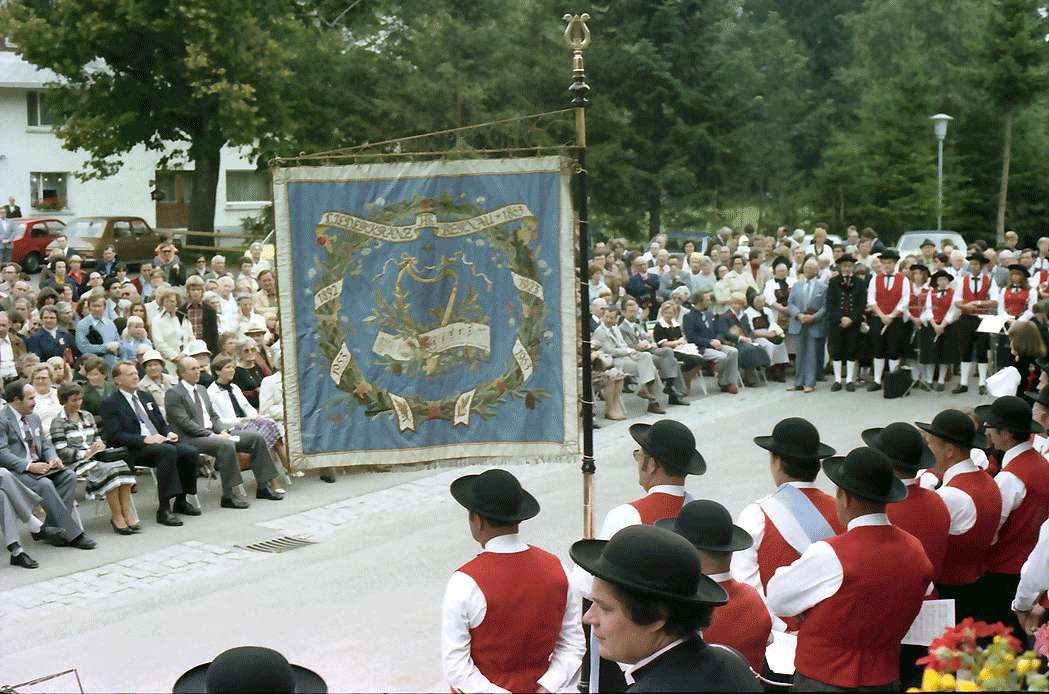 Bernau: Standarte des Musikvereins Bernau mit Trachtenkapelle, Bild 1