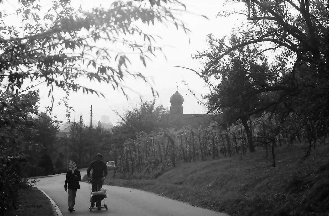 Freiburg, Lehen: Kirchstraße mit Kirche im Hintergrund, Bild 1