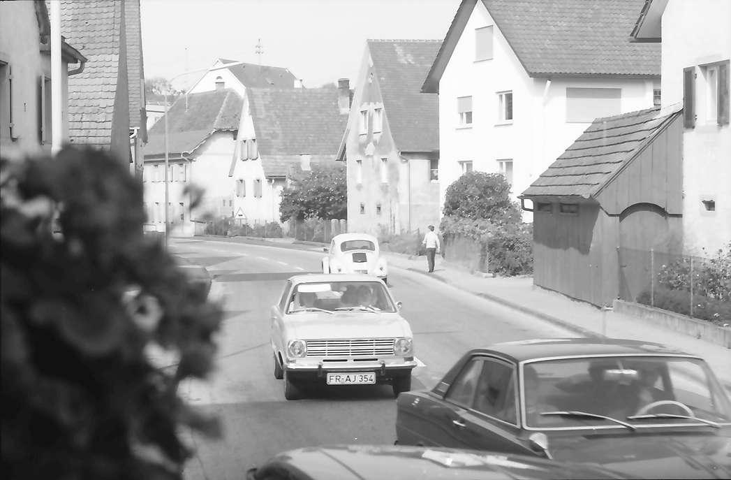 Freiburg, Lehen: Dorfstraße mit Autos, Bild 1