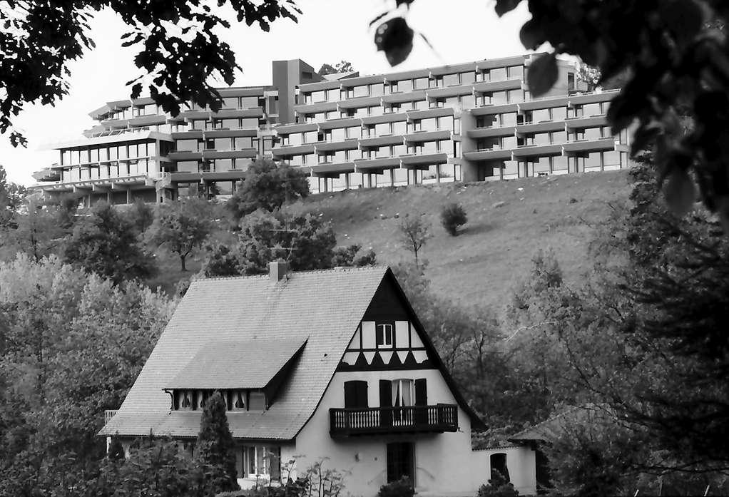 Freiburg, Herdern: Hotel Jägerhäusle von der Eichhalde, Vordergrund Villa vom Hungerberg, Bild 1