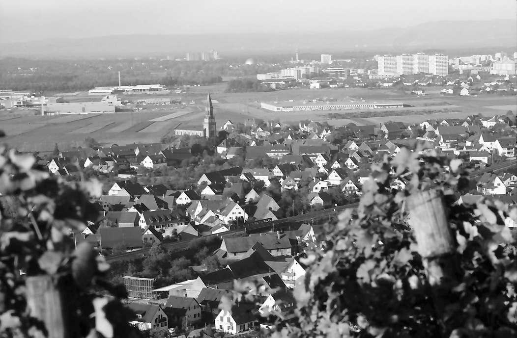 Freiburg, St. Georgen: Vom Rebberg (Kapelle) auf Ortsteil mit Hochhäusern Weingarten, Bild 1