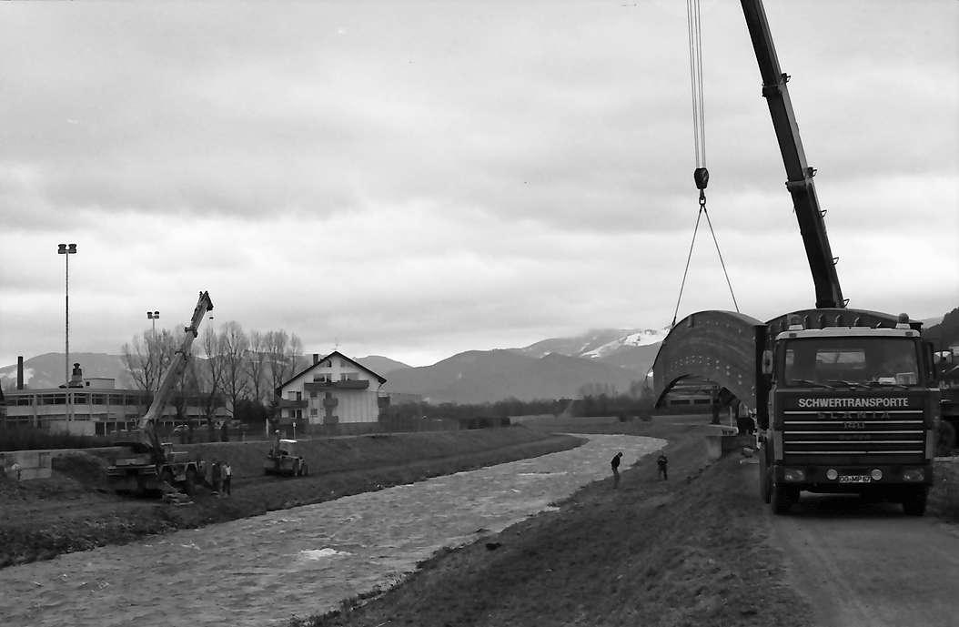 Freiburg, Ebnet: Brückeneinhebung über die Dreisam, in Höhe der Dreisamhalle, Bild 1
