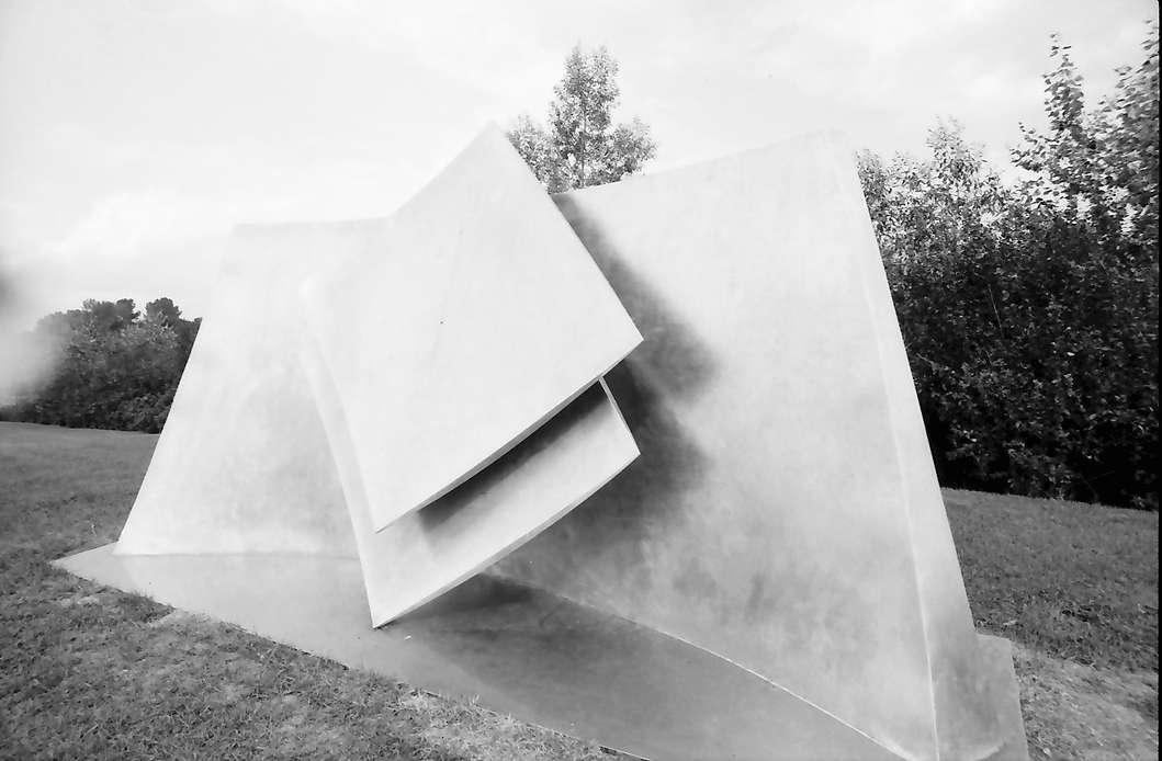 Freiburg, Landwasser: Metallplastik auf dem Grünhang, Bild 1
