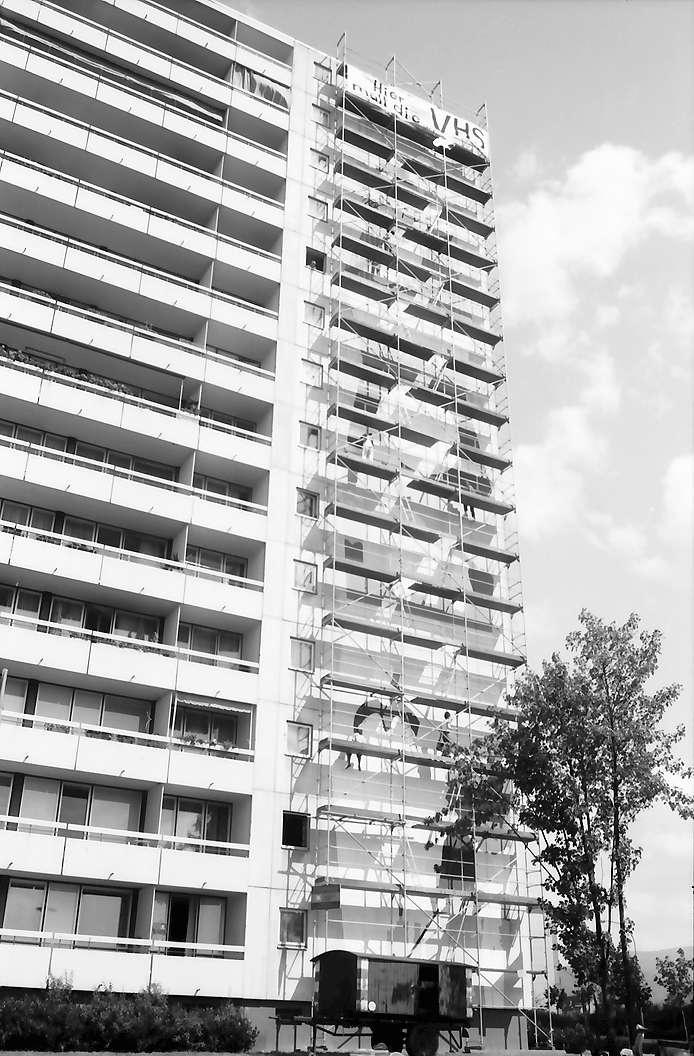 Freiburg, Weingarten: Hochhaus, Krozinger Straße mit dem 38 m hohen Gerüst, Bild 1