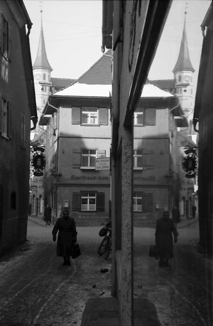 Leutkirch: Gasse mit Spiegelung in Schaufensterscheibe, Bild 1