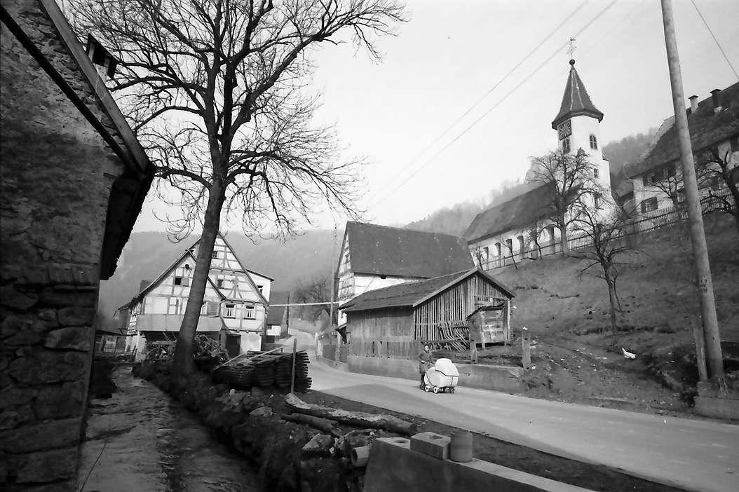 Weiler bei Blaubeuren: Dorfhäuser und Kirche, Bild 1