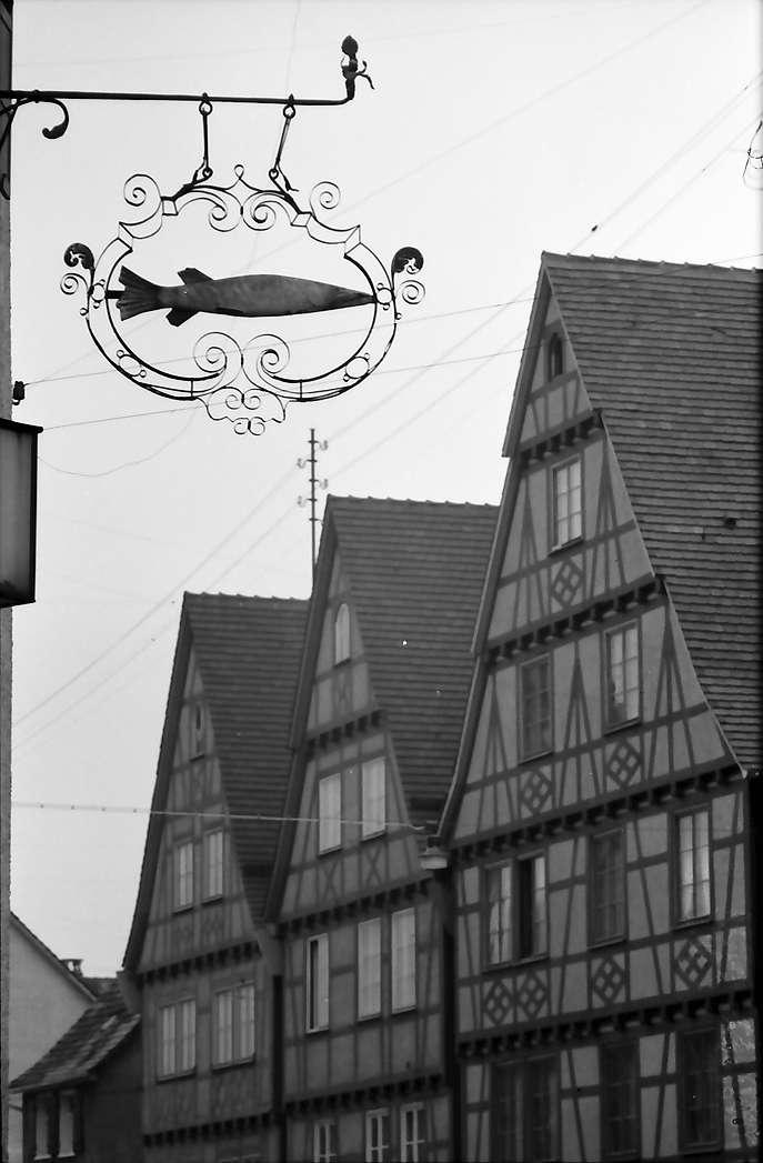 """Mengen: Fachwerkhäuser und Aushängeschild """"Hecht"""", Bild 1"""