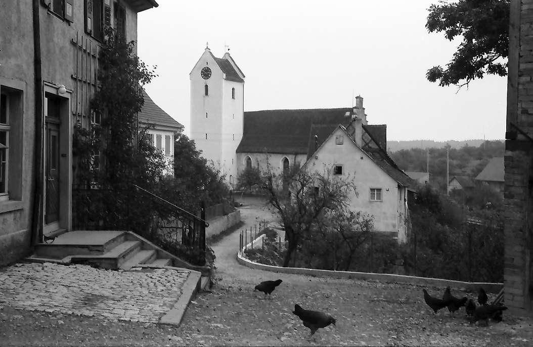 Krumbach, Kreis Stockach: Dorfstraße mit Kirche, Bild 1