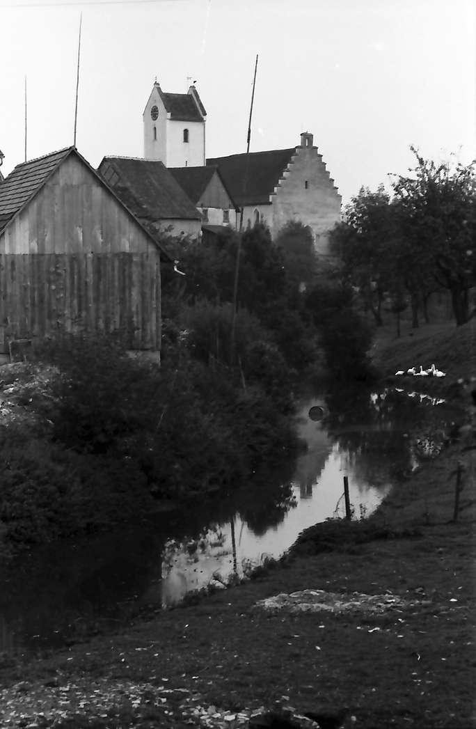 Krumbach, Kreis Stockach: Dorfbach mit Kirche, Bild 1