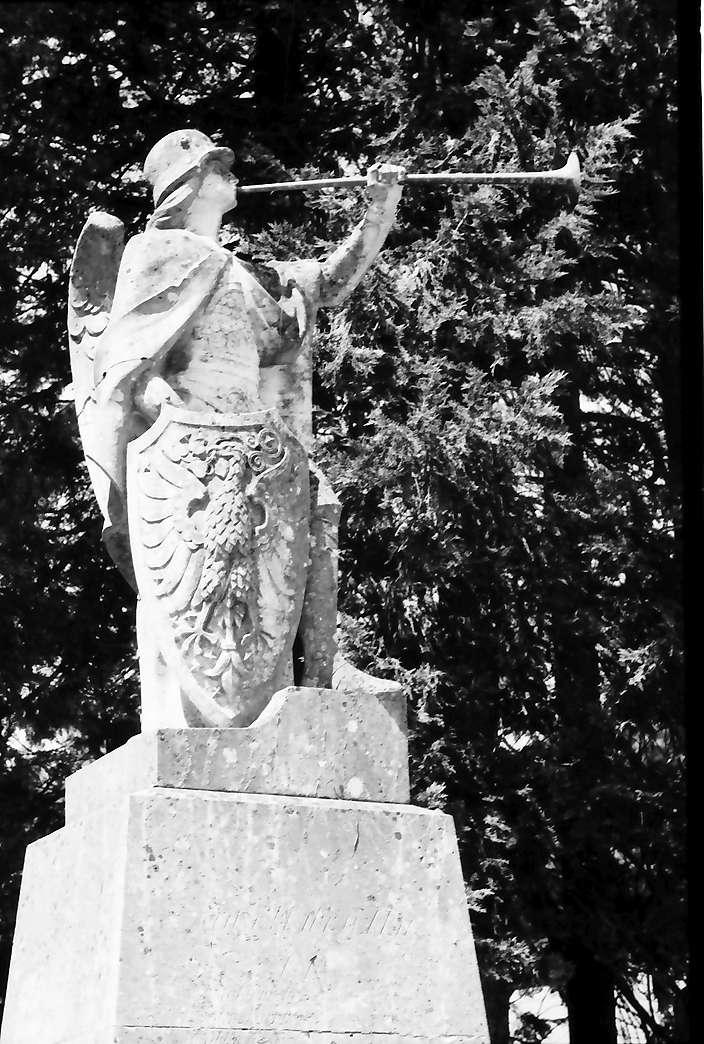 Eglofs: Posaunenengel mit Stahlhelm auf Kriegerdenkmal, Bild 1