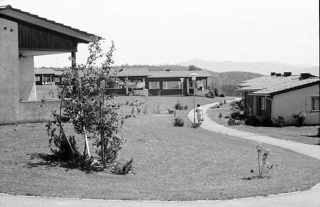 Eglofs: Feriendorf Eglofs, Durchblick zwischen Ferienhäuser, Bild 1