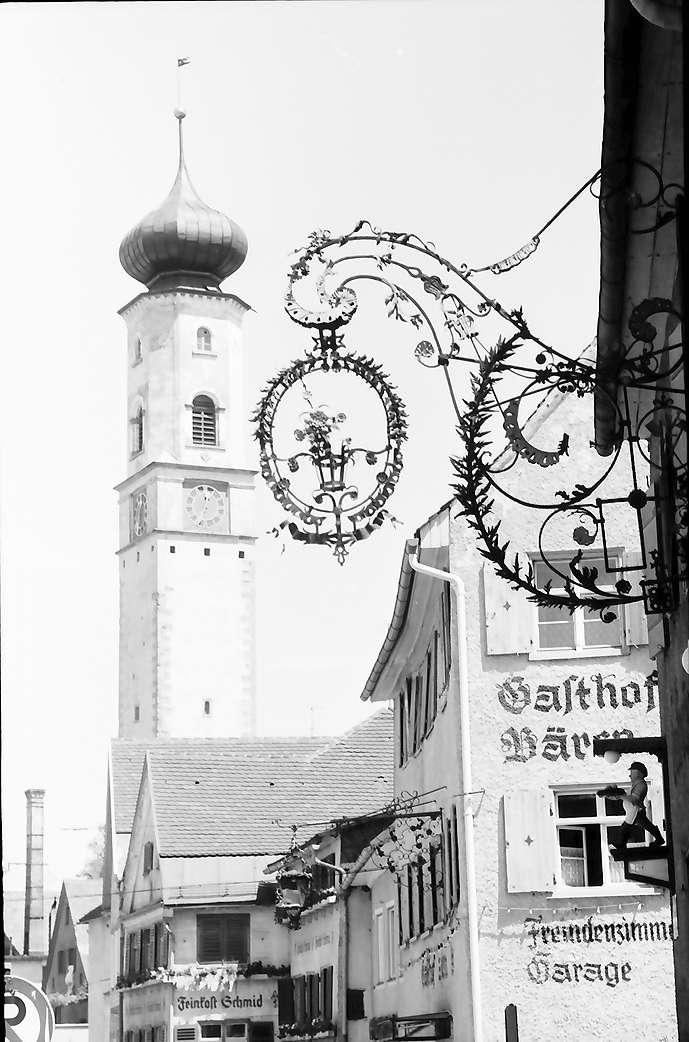 Isny: Obertorstraße mit Blaserturm mit Aushängeschild, Bild 1