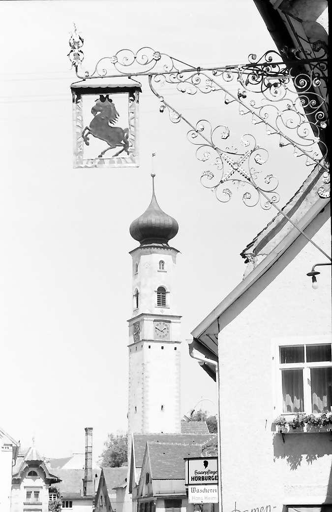 Isny: Obertorstraße mit Blaserturm mit Aushängeschild (Rössle), Bild 1