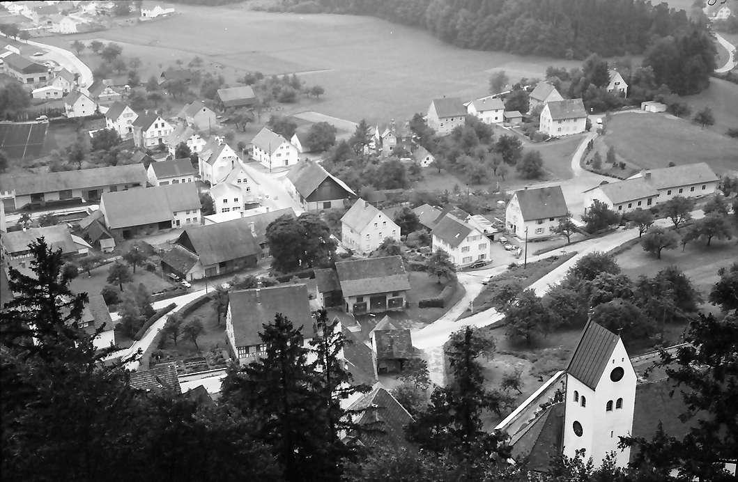 Waldburg: Die Waldburg, vom Turm auf Ort mit Kirche, Bild 1