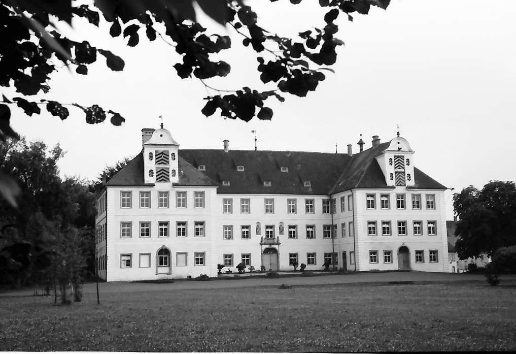 Kißlegg: Schloss (Berufsschule) vom Park aus, ohne Vordergrund, Bild 1