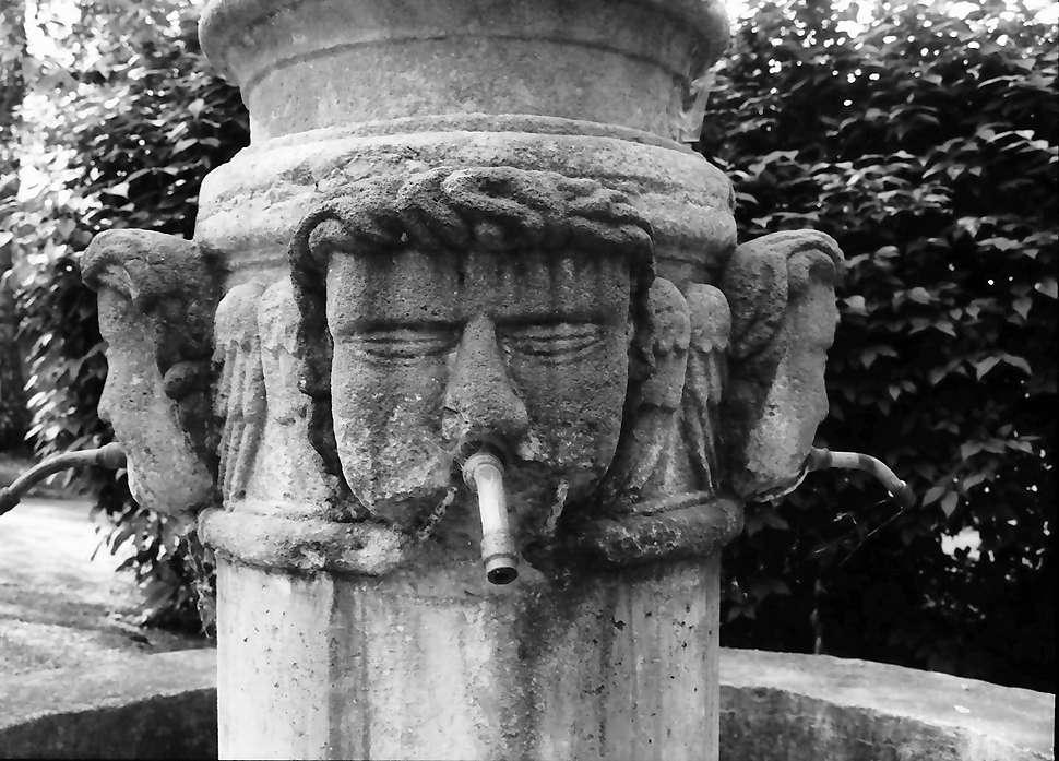Grüningen: Brunnen mit Seraphim-Figuren, Bild 1