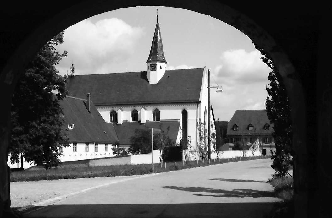 Heiligkreuztal: Klosterkirche im Torbogen, Bild 1