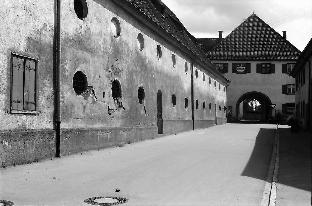 Heiligkreuztal: Klosterhofgebäude mit Tor, Bild 1