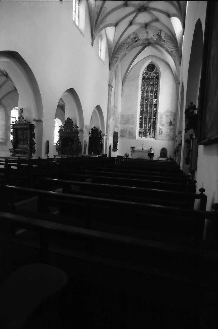 Heiligkreuztal: Schiff der Klosterkirche von innen mit gotischem Glasfenster, Bild 1