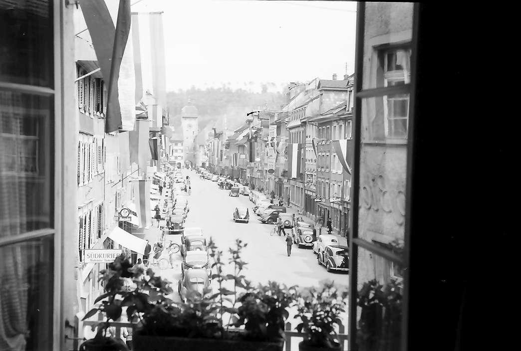 Waldshut: Verkehr in der Hauptstraße, von oben (durch Fenster gesehen), Bild 1