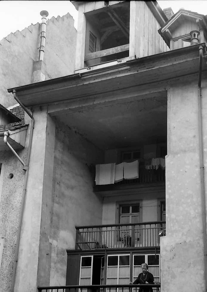 Waldshut: Haus mit nach innen gebauten Balkons, Bild 1
