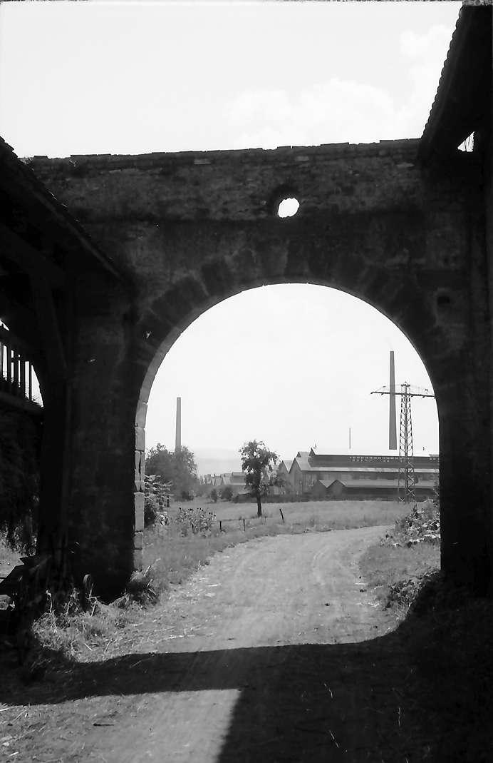 Beuggen: Tordurchblick auf Rheinfeldener Aluminiumwerk, Bild 1
