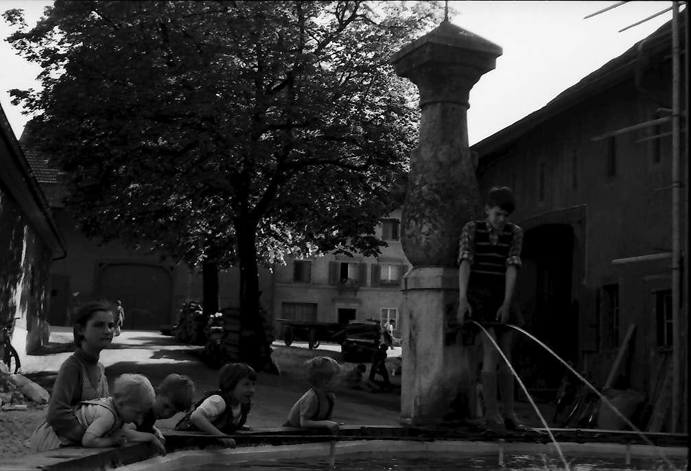 Laufenburg: Brunnen mit Kindern am Oberen Wasenplatz, Schweiz, Bild 1