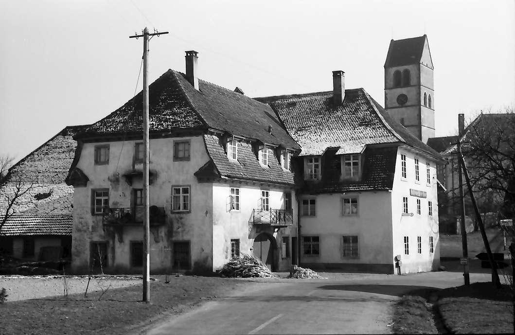Hochsal: Schönes Haus, Hintergrund Kirche, Bild 1