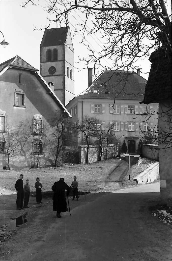 Hochsal: Gasse mit Pfarrhaus und Alte Hotzenkirche, Bild 1