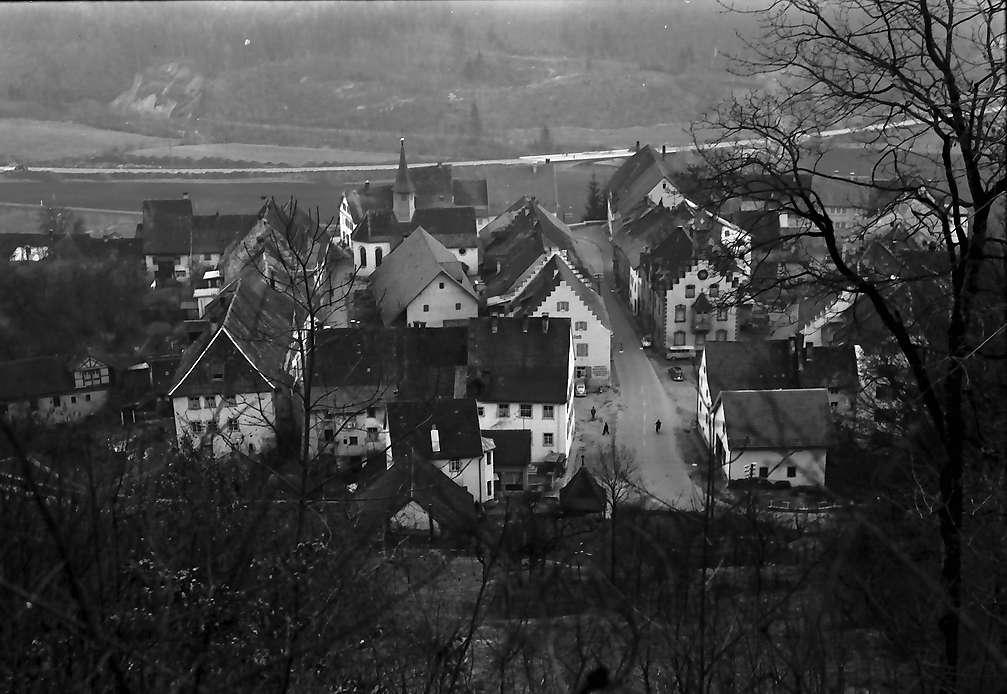 Stühlingen: Blick von oben auf Ort mit Rathaus, Bild 1