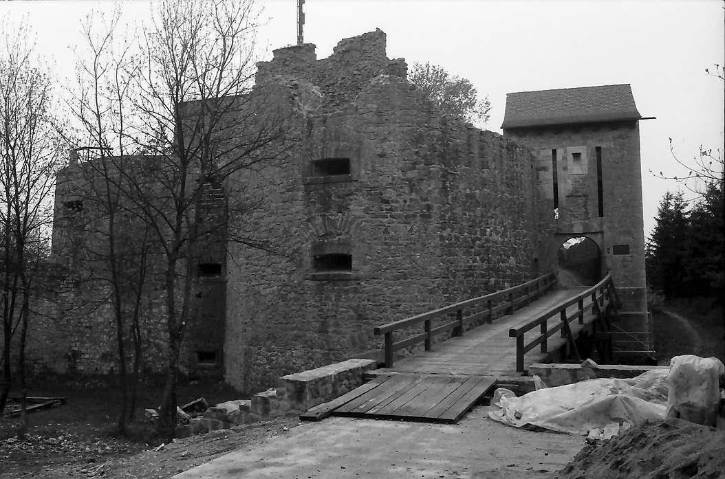 Küssaburg: Zugbrücke und Eingangstor, Bild 1