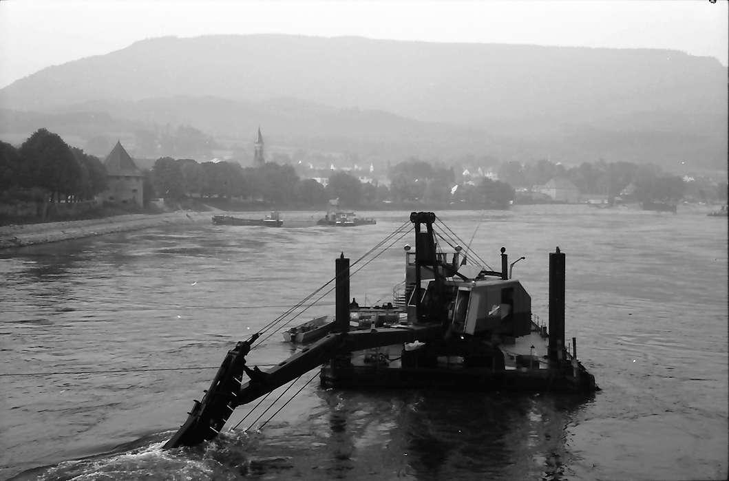 Bad Säckingen: Rheinbagger an der alten Holzbrücke, Bild 1