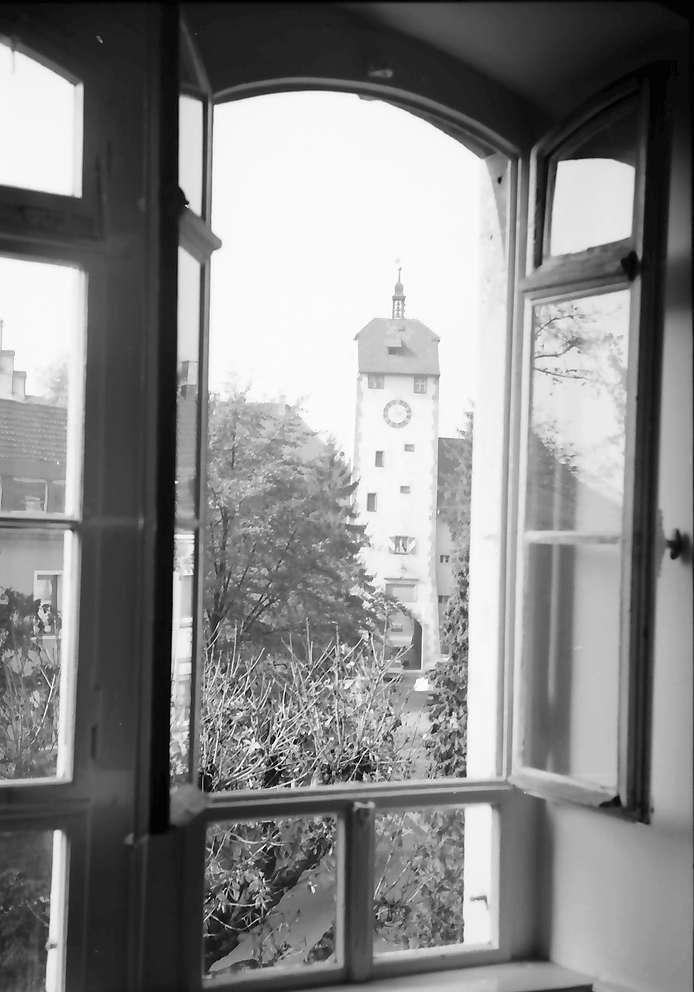 Waldshut: Durch Bibliotheksfenster auf Stadttor, Bild 1