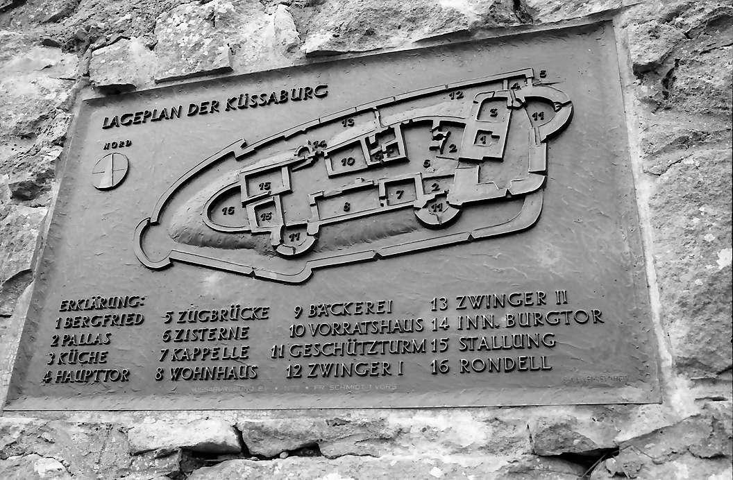 Küssaburg: Relief in der Mauer; Burggrundriss, Bild 1