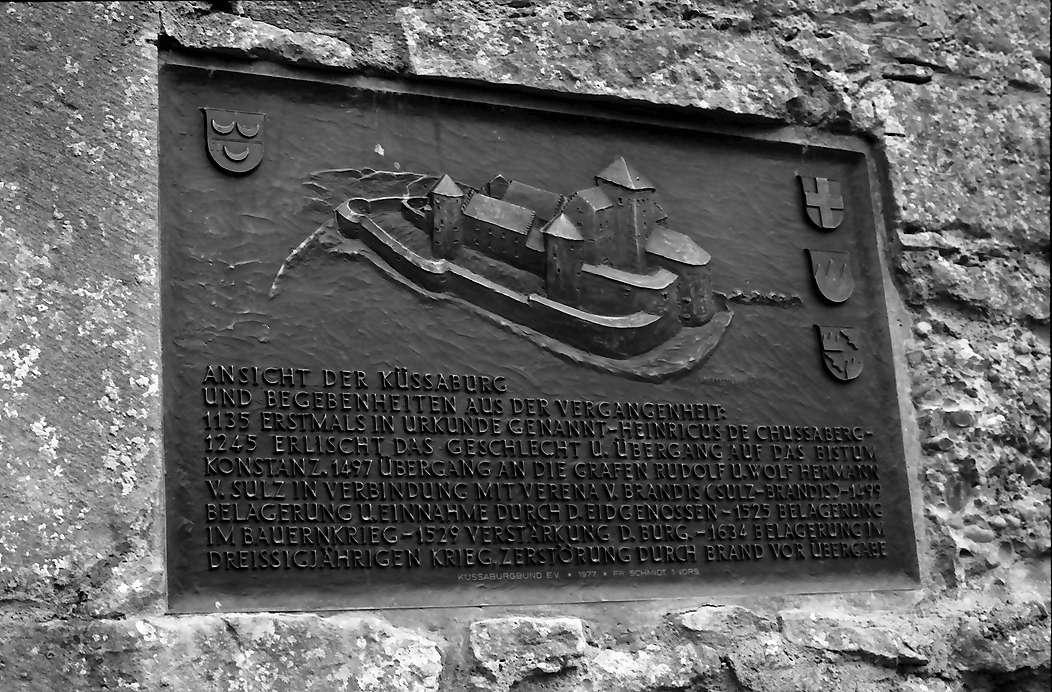 Küssaburg: Relief in der Mauer; Burggrundriss mit Inschrift, Bild 1