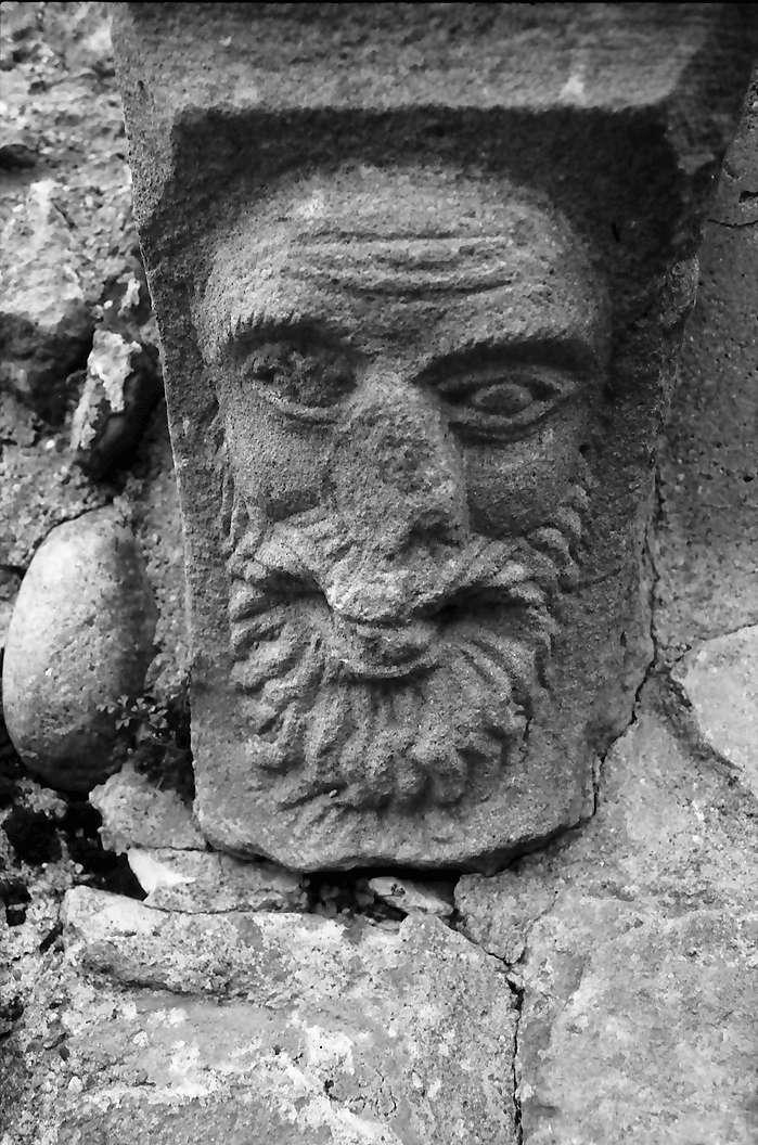 Küssaburg: Steinsockelplastik, Gesicht, Bild 1