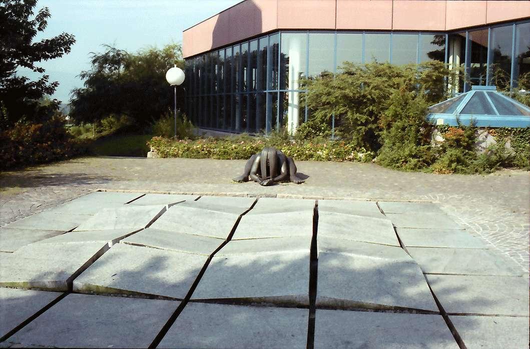 Bad Säckingen: Quellenplastik mit aufgebrochenem Boden als Symbol, von Guttmann (Plastik), Bild 1